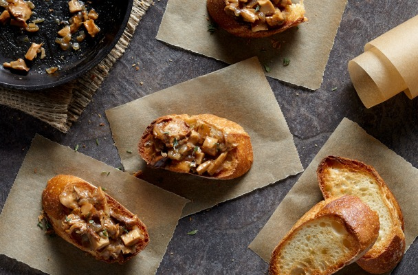 Chanterelle mushroom toasts from http://roux44.com